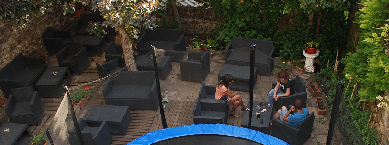 Bar Cafetería. Terraza ChillOut con cama elástica para niños